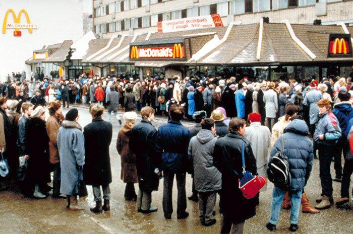 31. ledna 1990: McDonald's otvírá svojí první restauraci v Moskvě, byla ve své době největší na světě