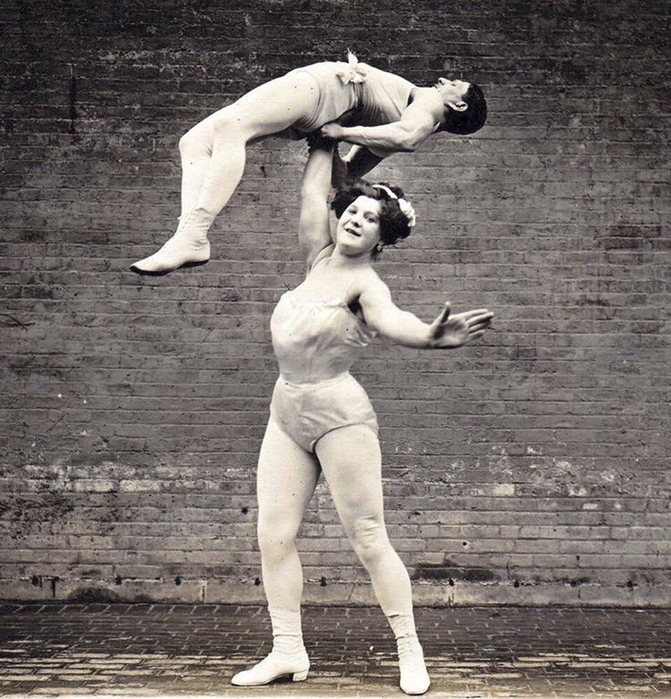 Velká Sandwina zdvihá manžela nad hlavu.