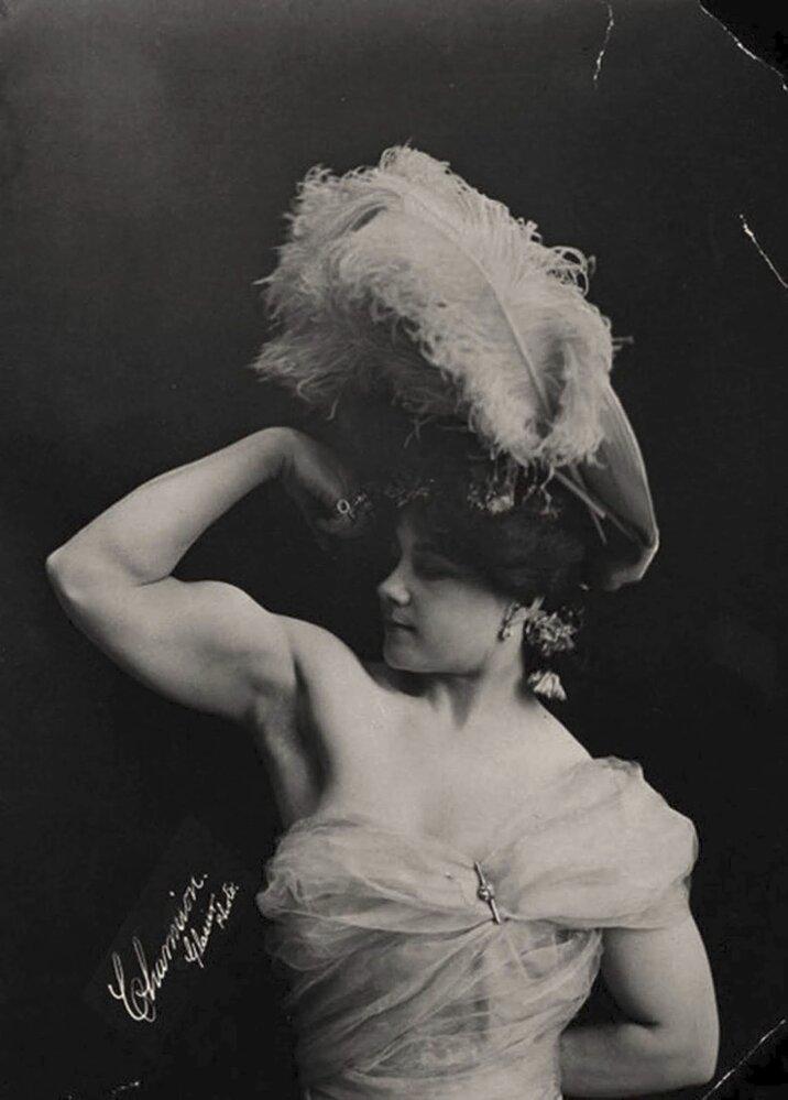 """Laverie Vallee vystupovala pod jménem Charmion a uváděla muže v úžas riskantní verzí striptýzu na houpající se hrazdě. Stala se rovněž hvězdou Edisonova krátkého filmu """"Trapeze Disrobing Act""""."""