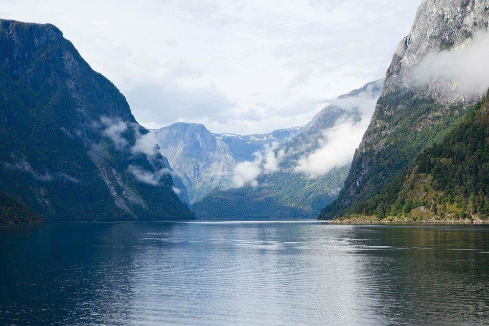 Nejdelší a nejhlubší norský fjord, Sognefjord, měří 204 kilometrů a v jeho okolí je možné navštívit různé památky. V Urnesu je to nejstarší norský kostel, v Gudvangenu vikingská vesnice a jeskyně Magic White, krásné scenérie pak můžete obdivovat v údolí Aurlandsdalen, což je takový norský Grand Canyon, a trochu toho adrenalinu vám rozproudí jízda po jedné z nejstrmějších železnic světa z městečka Flam.