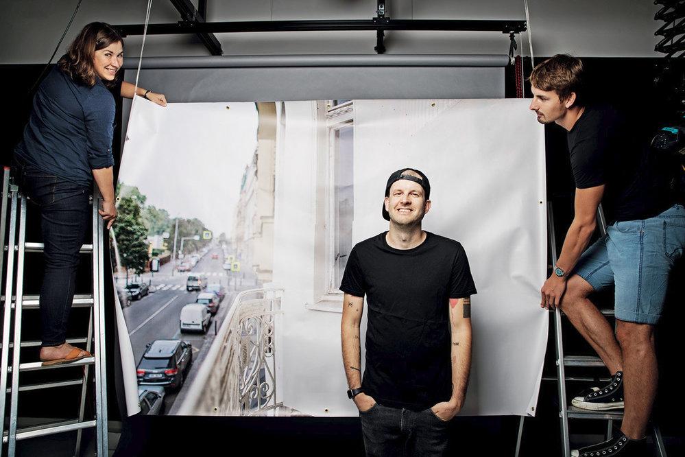 TMBK ukradl fotografu Tomáši Třeštíkovi jeho pověstný balkón, nakterém se fotí (imimo)letenské celebrity. Podle našich zpráv Tomáš nebyl rád.