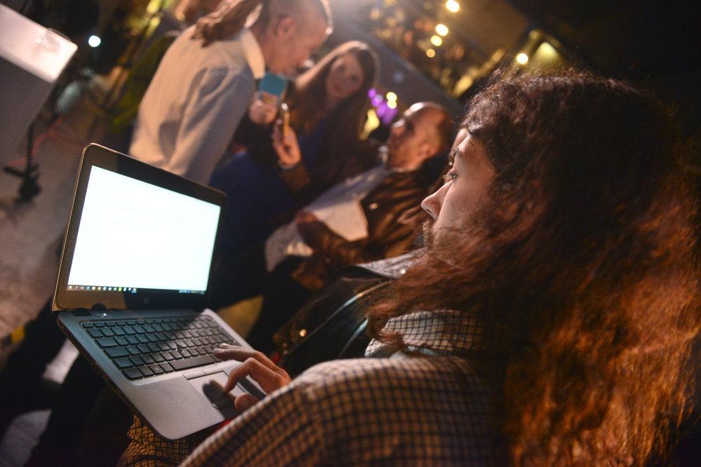 Volební štáb Pirátské strany. Poslanec Mikuláš Ferjenčík sleduje pečlivě výsledky voleb na svém laptopu.