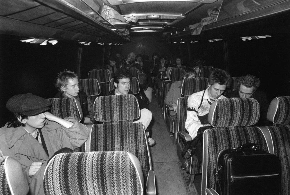 """Sex Pistols a The Clash v autobuse. Dlouho se tradovalo, že na něm bylo místo nápisu cílové stanice naškrábáno členy kapel slovo """"Nikam"""". Dle vzpomínek Stevensona byla ale tabulka prostě jen prázdná."""