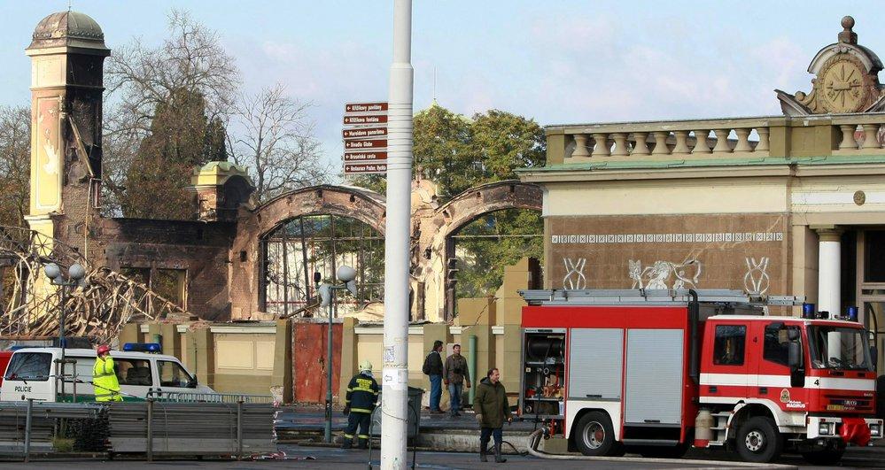 Před deseti lety hořel Průmyslový palác. Dodnes stojí na místě vyhořelého křídla provizorní stan.