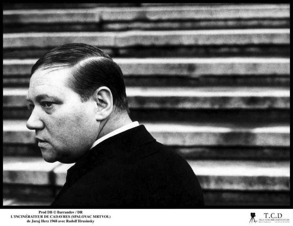Nezapomenutelný a strašidelný Karel Kopfrkingl v hororovém Spalovači mrtvol z roku 1968.