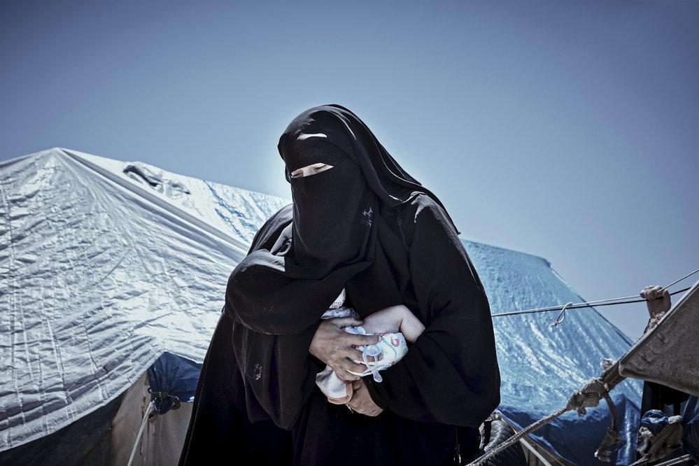 Lenka Klicperová, Lidé a země – Ženy islamistů z IS: Islámský stát v Sýrii a Iráku padl a je najednou nikdo nechce. Nemají doklady, žijí ve stanech a jejich domovské země je nechtějí. Jejich manželé – militantní islamisté, jsou buď mrtví, nebo v zajetí. Ony ztratily své ochránce. Mnohé z nich byly součástí mašinerie IS, jsou tu ale také ženy a dívky provdané proti své vůli. Seznamte se s manželkami džihádistů z Islámského státu.