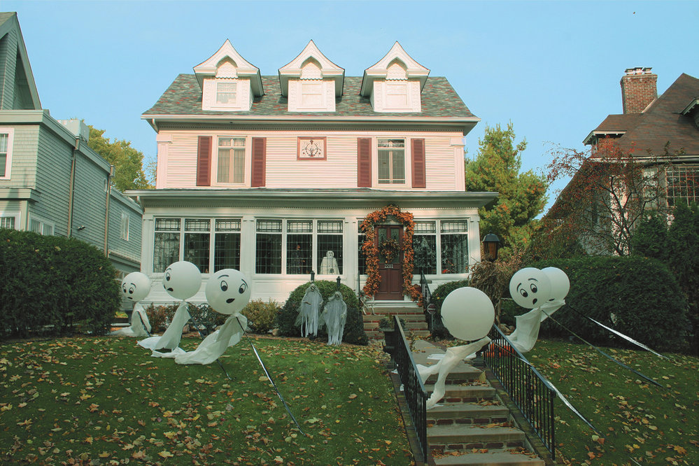 Halloween je dnes jeden z nejoblíbenějších amerických svátků. Děti chodí v maskách dům od domu a koledují sladkosti. Dospělí nezůstávají za dětmi pozadu.