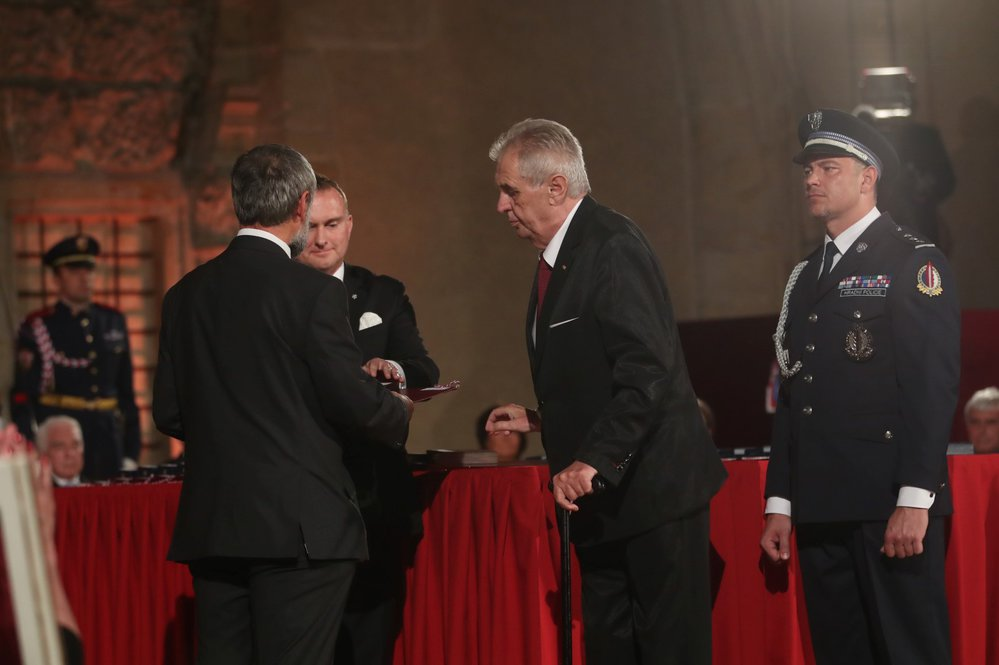 Za zabitého praporčíka Kamil Beneš převzal vyznamenání jeho otec Kamil