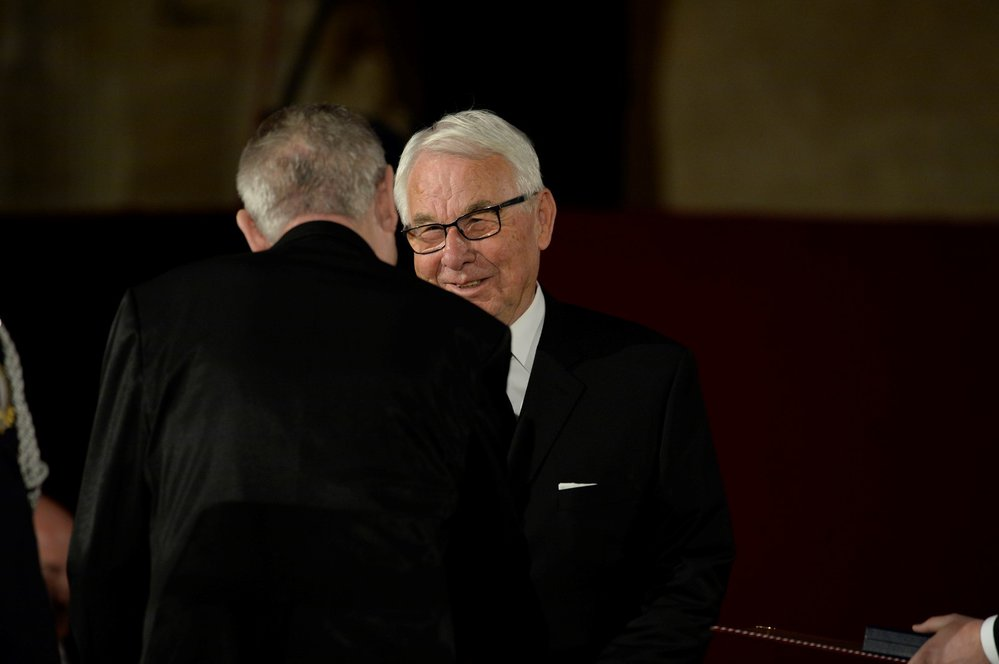 Jiří Krampol přebírá státní vyznamenání (28. 10. 2018)