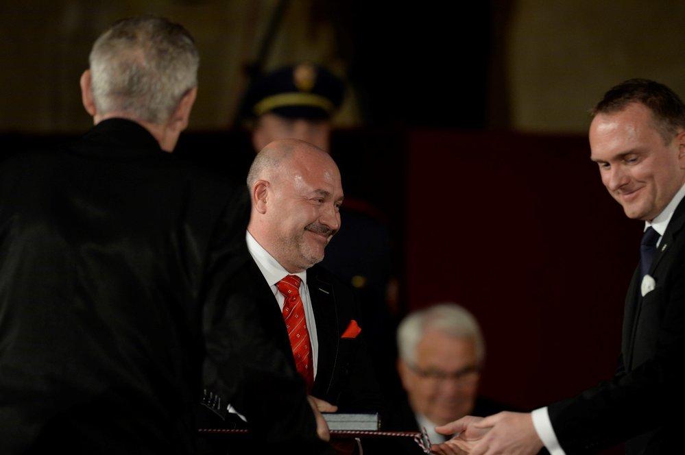 Michal David přebírá státní vyznamenání
