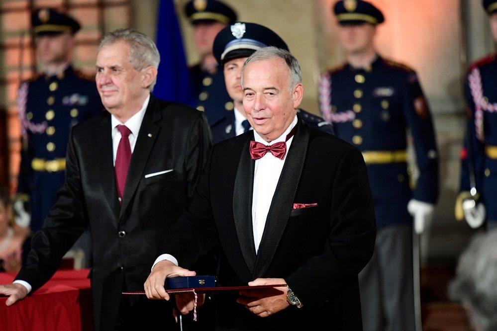 Udělování státníh vyznamenání v minulých letech: Ivan Vyskočil přebírá státní vyznamenání