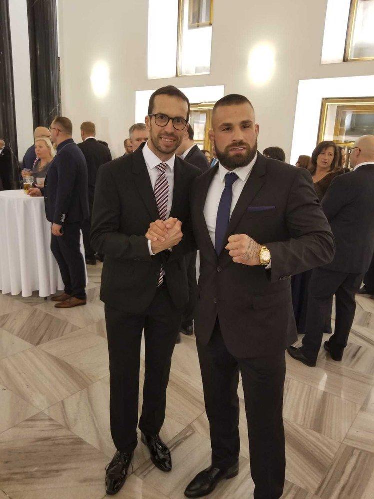 """""""Čeští lvi"""" - pro fotku s Vémolou přišel i tenista Radek Štěpánek"""