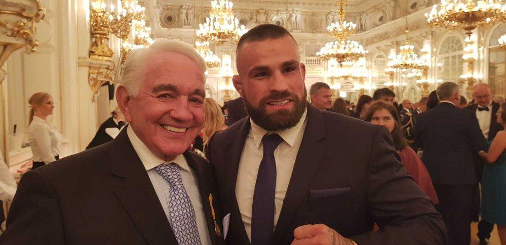 Vémola se na Hradě vyfotil i s hercem Jiřím Krampolem, který od prezidenta dostal Medaili Za zásluhy