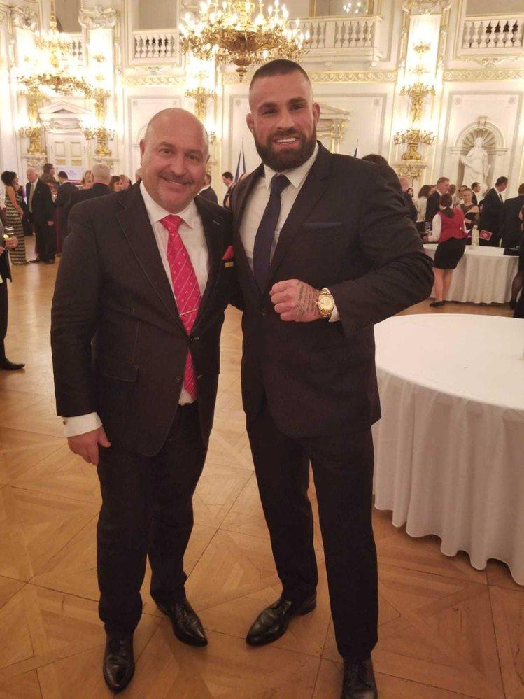 Medailí Za zásluhy oceněný Michal David už má také foto s hlavní hvězdou českého MMA Karlosem Vémolou