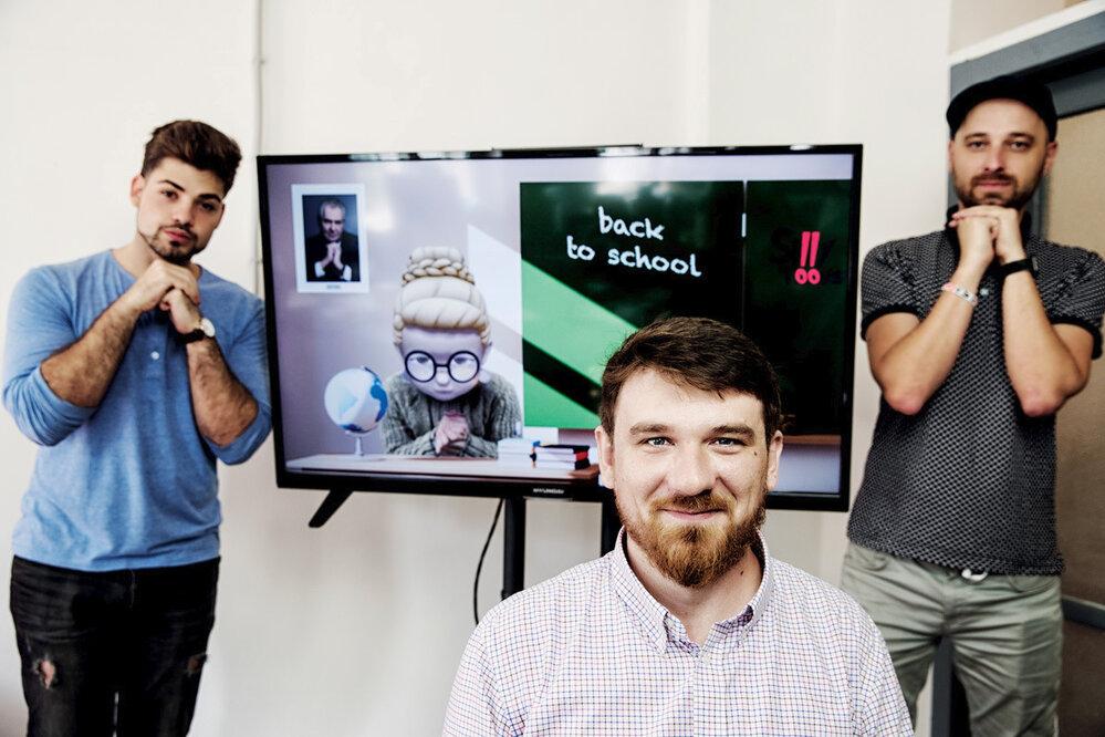 Peter Sládeček ayoutubeři ze Silly Toons Robert Cejnar (vlevo) aErik Šaroun. Jejich video snázvem Hodina matematiky naYouTube dosáhlo téměř 900000 zhlédnutí.