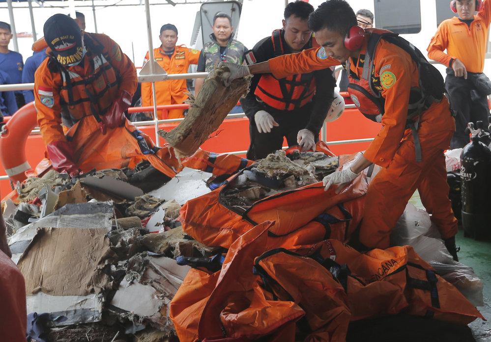 Vyšetřování nehody indonéského Boeingu 737 Max, který se zřítil do Jávského moře s 189 lidmi na palubě.