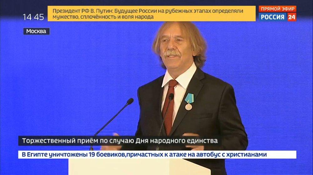 Ruský prezident Vladimir Putin udělil medaili českému písničkáři Jaromíru Nohavicovi. (4.11.2018)