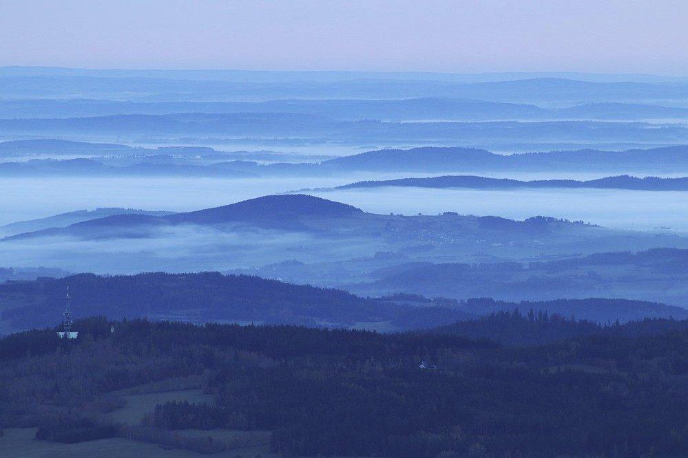 Spálený vrch u Srní. Mlhy jako mořské příboje se valí údolími.