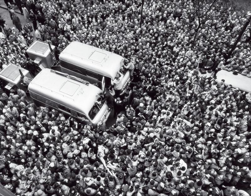 Odjezd Jiřího Hanzelky a Miroslava Zikmunda od pražského Autoklubu do Asie, 22. 4. 1959
