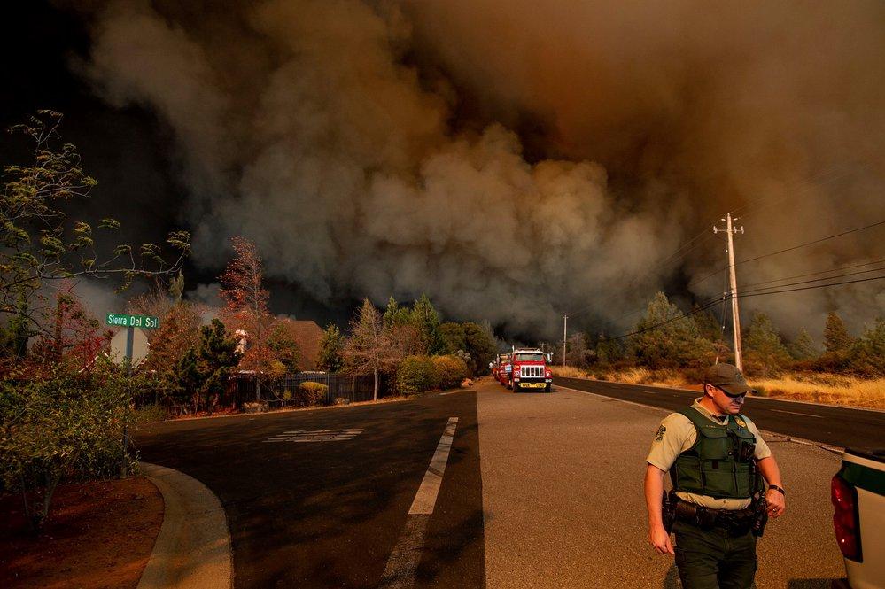Desetitisíce lidí utíkají před přírodním požárem, jenž se rychle šíří na severu Kalifornie
