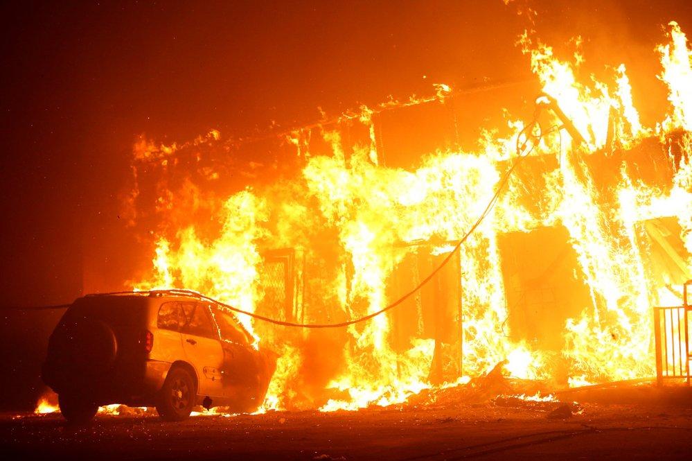 Desetitisíce lidí již musely prchnout před lesním požárem, který se rychle šíří na severu Kalifornie