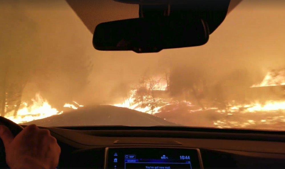Uhlíky z požáru přeskakovaly až na vozovku