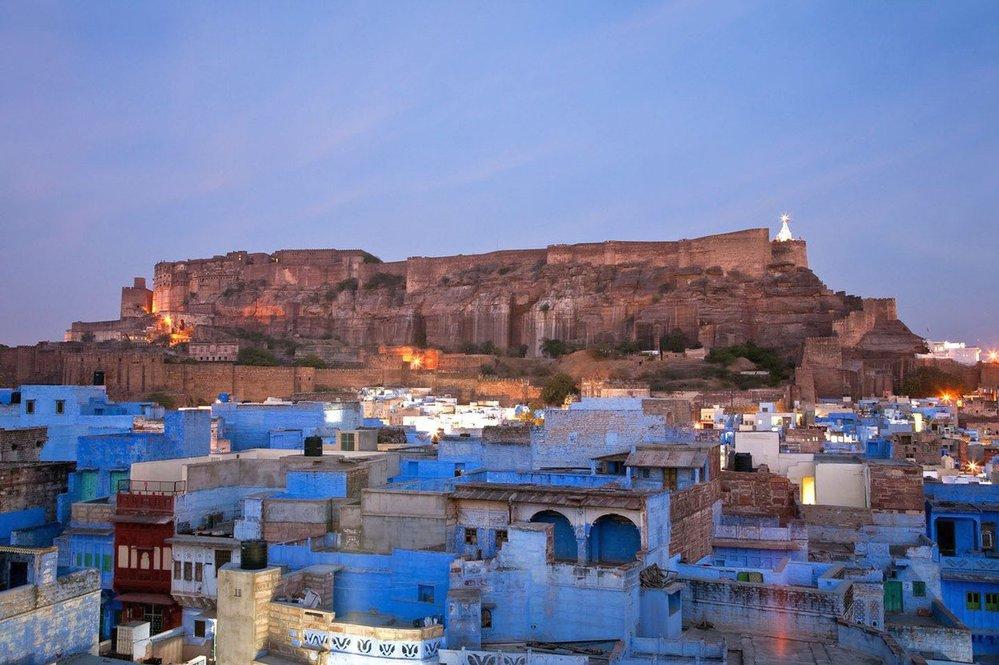 """Džódpur je druhým největším městem v indickém státu Rádžasthán. Bývá často označováno jako """"modré město""""."""