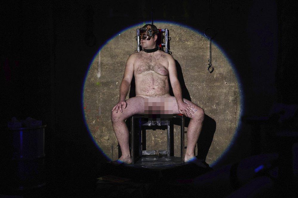 Voayer: Výstava skutečných nahých mužů