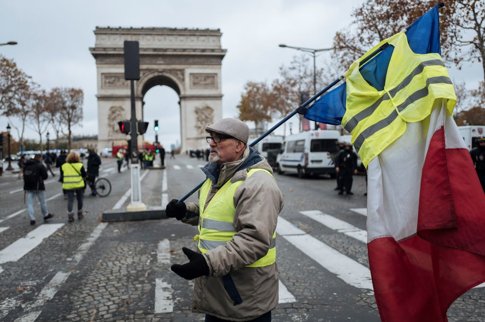 I přes zákaz demonstrací na pařížské třídě Champs-Elysées se tu několik stovek lidí domáhá Macronovy demise. Média hlásí první potyčky a slzný plyn.