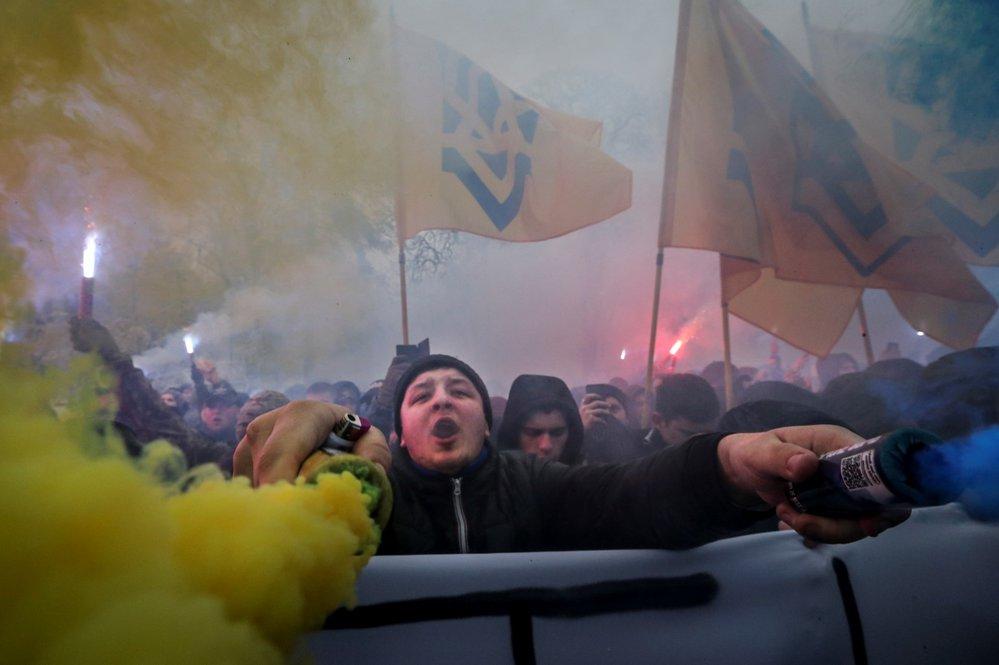 Příznivci ukrajinské krajní pravice demonstrovali v Kyjevě za zavedení stanného práva (26.11.2018).