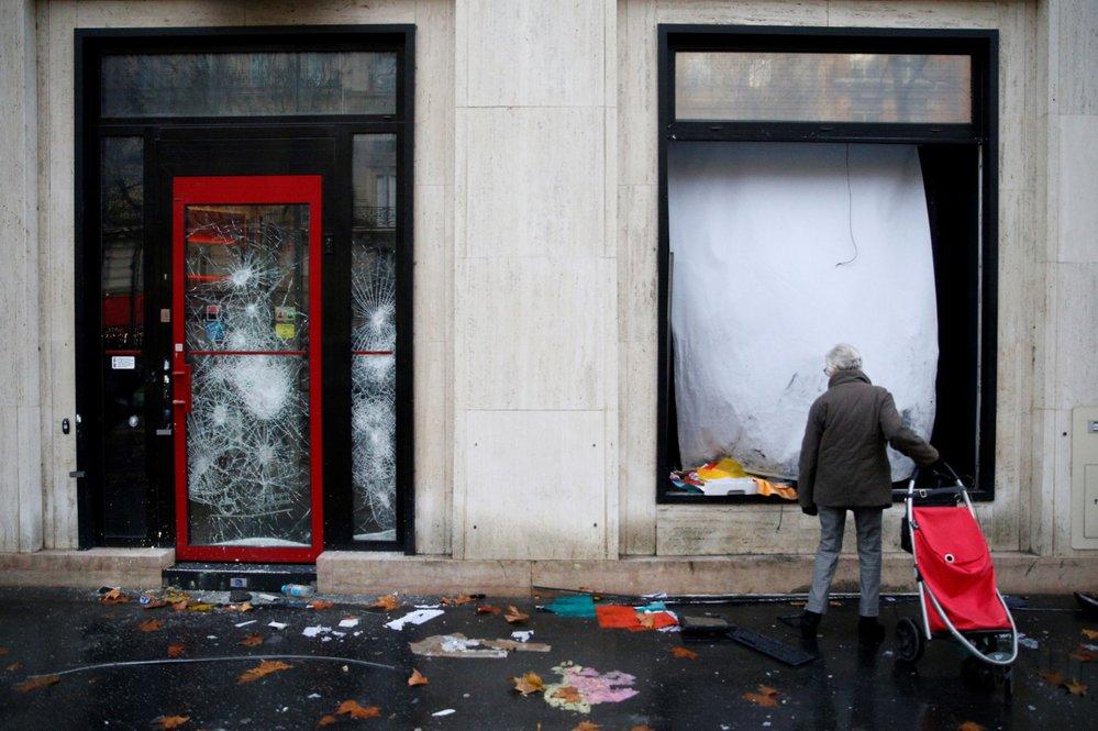 Francouzi od 17. listopadu protestovali v sobotu už potřetí v rámci hnutí takzvaných žlutých vest nejen kvůli plánovanému zvýšení cen pohonných hmot, ale proti růstu životních nákladů obecně. K sobotním akcím se připojilo v celé zemi na 75.000 lidí