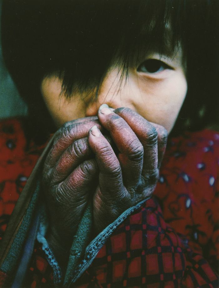 Dívka si zahřívá zmrzlé ruce. Její otec je nakažený HIV, přesto se stará o 5 dětí a stárnoucí rodiče...