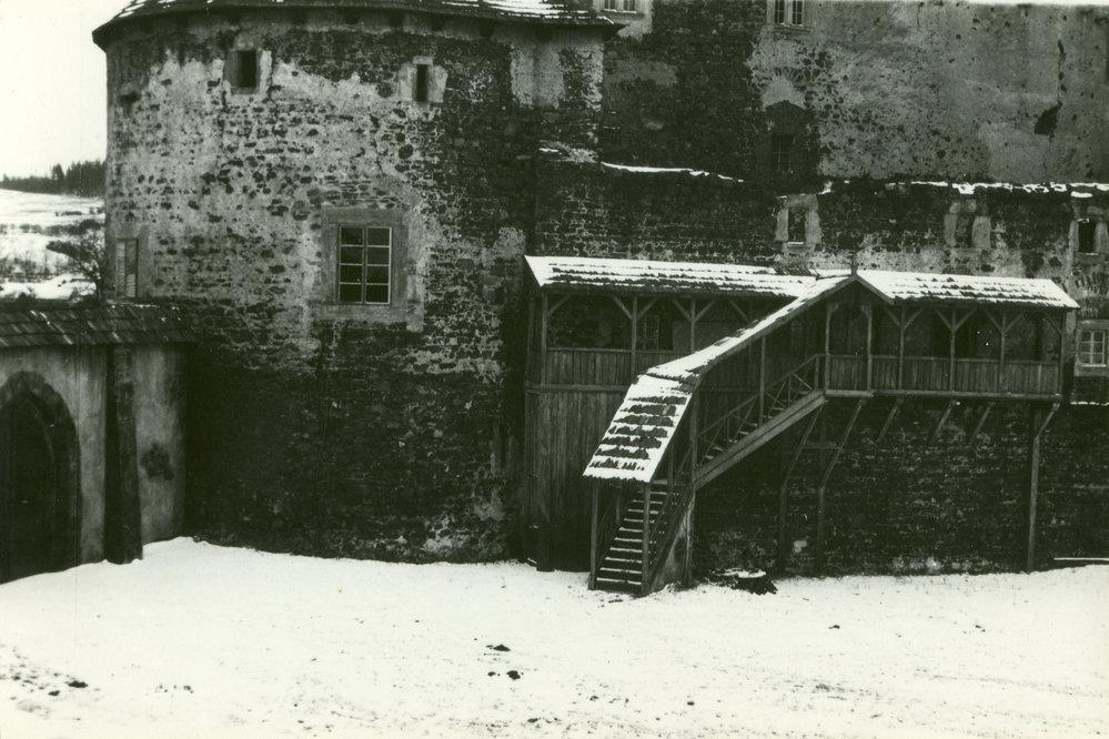 Filmaři na Švihově přistavěli dřevěnou pavlač. Na hradní zdi udělali falešná okna.