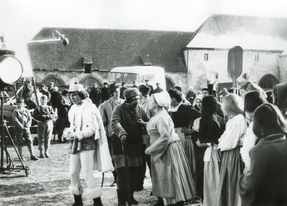 Na nádvoří hradu se pohyboval štáb o více než padesáti lidech.
