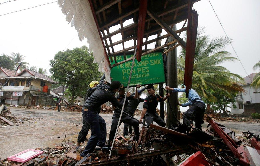 Indonésie se vzpamatovává z ničivé vlny tsunami, která si vyžáala víc než 420 obětí. (26.12.2018)