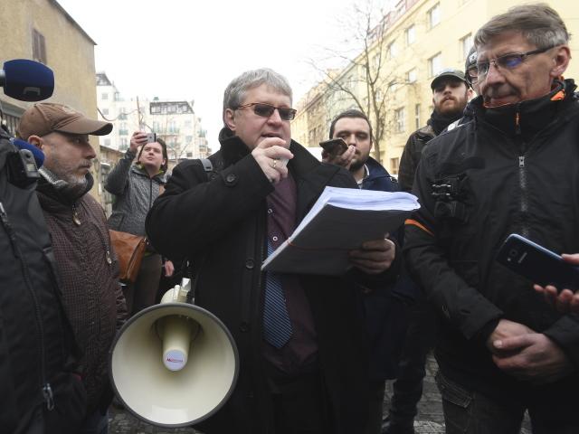 Exekutor Ivo Luhan při vyklízení Kliniky (10. 1. 2019)