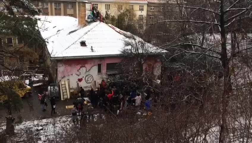 Někteří z aktivistů se usadili na střeše.