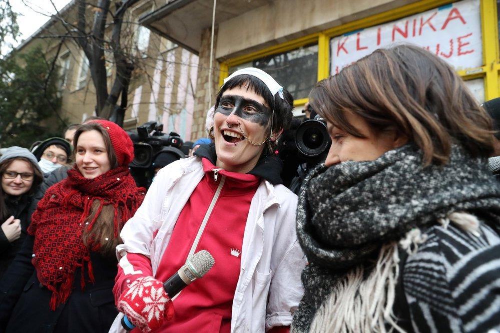 Aktivisté bránili Kliniku před vyklizením, na místě se jich sešly desítky.