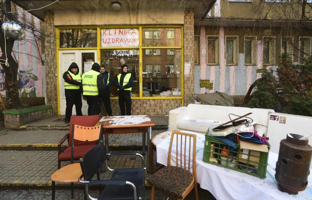 Druhým dnem pokračovalo 11. ledna 2019 exekuční vyklízení budovy bývalé plicní kliniky na pražském Žižkově, kde neoprávněně funguje Autonomní sociální centrum Klinika.