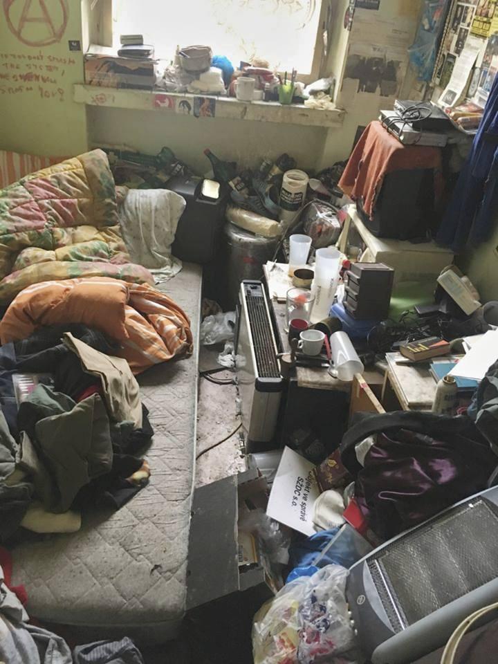 Záplava věcí chaoticky naskládaných nejen na okně, ale i podél stěn. Takový chaos vídáme v bytech feťáků nebo gerontů, kteří už ztratili schopnost postarat se sami o sebe. Záměrně rozházené věci vypadají jinak.