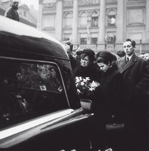 Nejbližší příbuzní u vozu, který odvážel rakev s Janem Palachem na Olšanské hřbitovy
