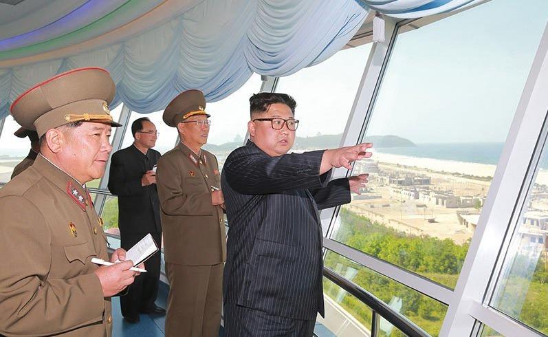 Stavba severokorejského přímořského letoviska je skoro u konce. NA projekt dohlížel i vůdce Kim Čong-un.
