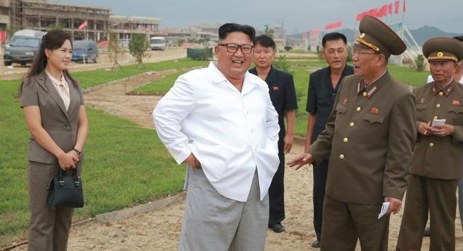 Stavba severokorejského přímořského letoviska je skoro u konce. NA projekt dohlížel i vůdce Kim Čong-un, někdy i s manželkou.