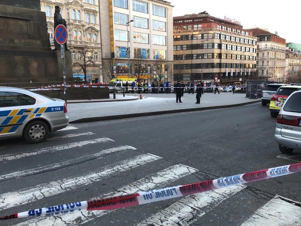 Popálenou osobu na Václavském náměstí ošetřili pražští záchranáři.