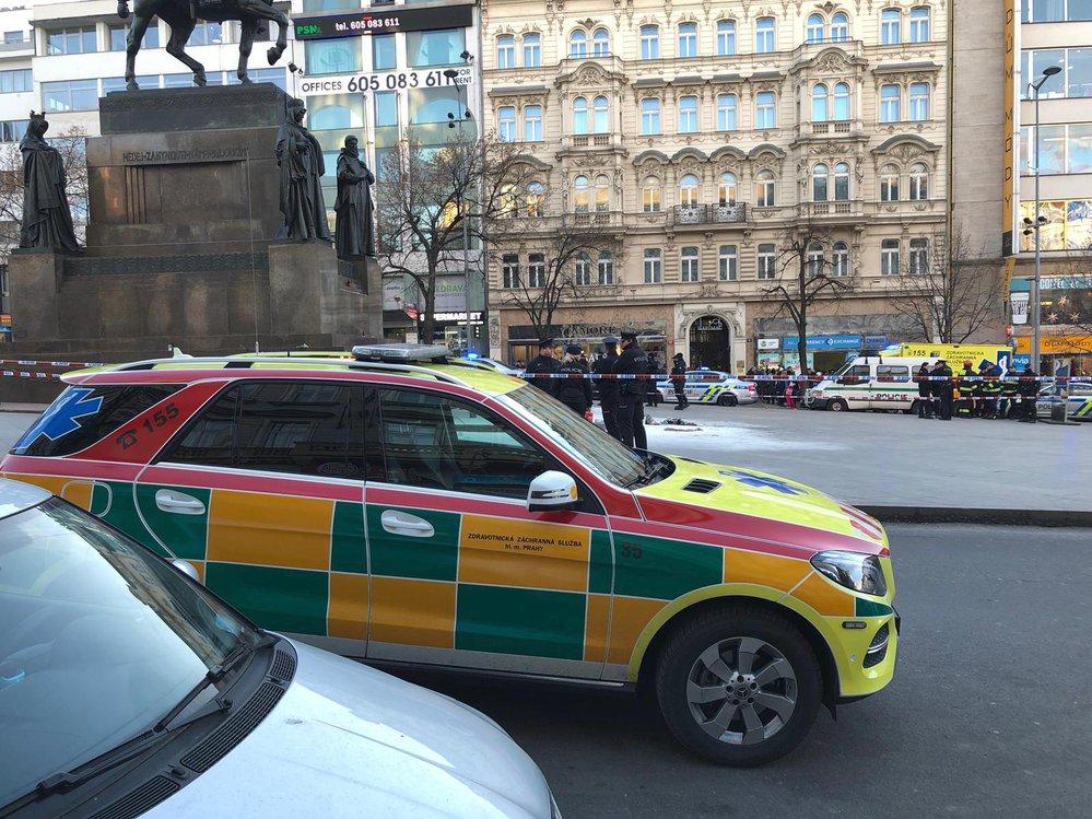 Popálenou osobu na Václavském náměstí ošetřili záchranáři.