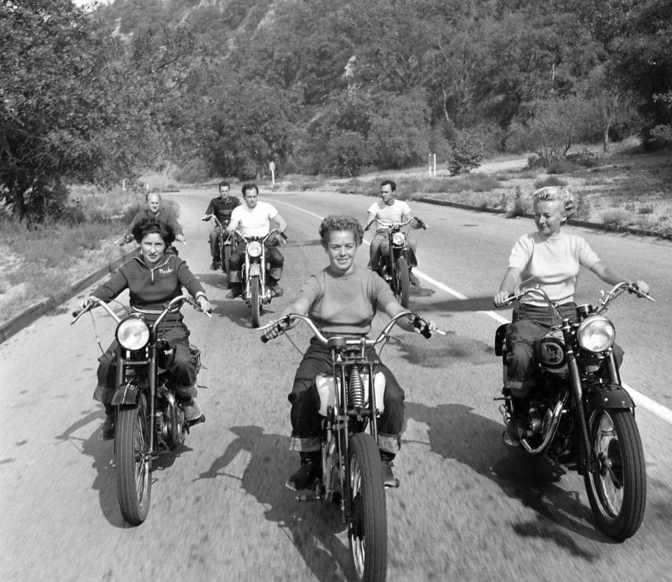 Již 10 let před Marlonem Brandem brázdil Spojené státy gang složený výhradně z žen.