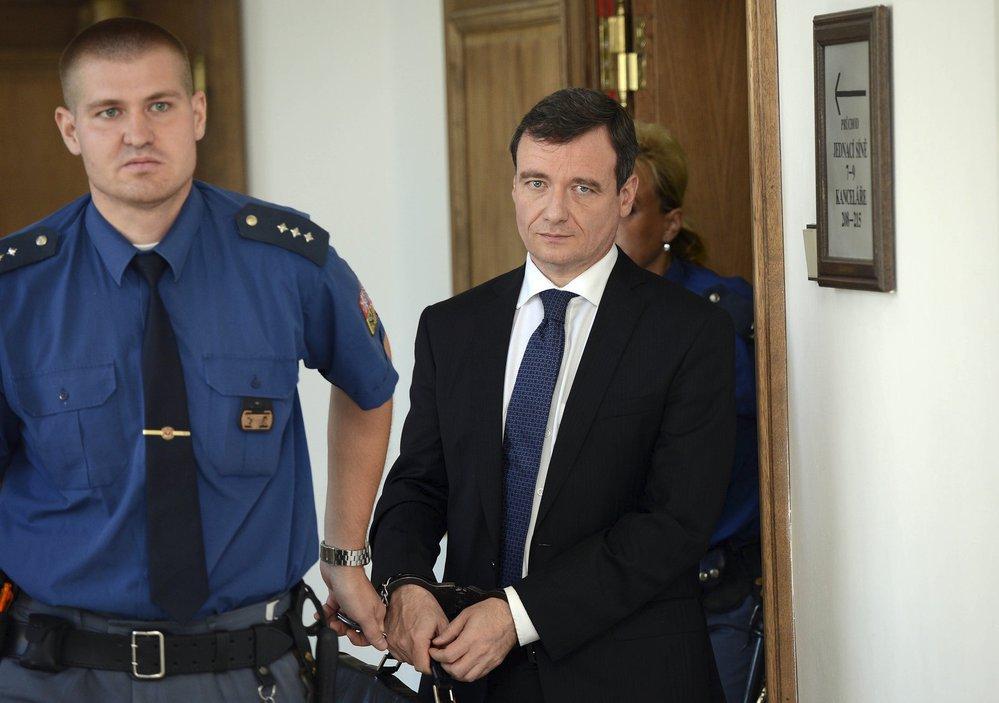 Davida Ratha k soudu policisté pravidelně vodili za pomoci nasazených pout. Rath by za to měl od státu získat odškodnění, rozhodl soud ve středu 23.1.2019.