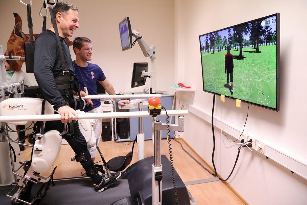 Roboti ve zdravotnictví: robotické ortézy pomáhají některým pacientům znovu chodit.