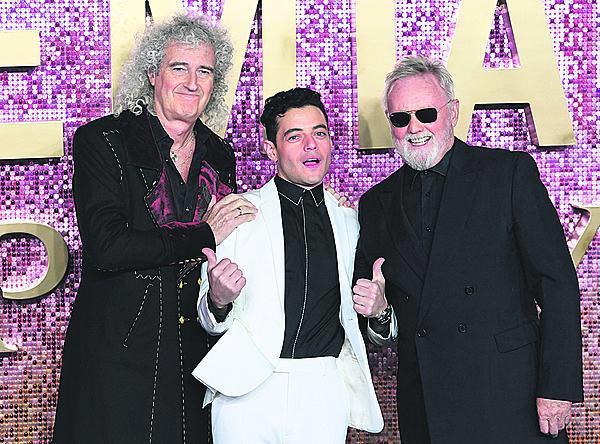A tady se skutečnými Queeny: Brianem Mayem (vlevo) a Rogerem Taylorem.