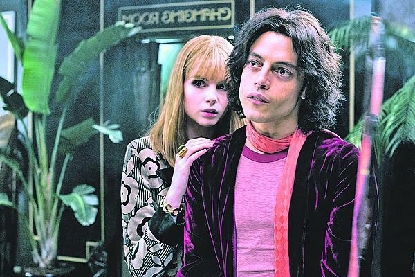 Láska filmová i skutečná, s Lucy Boyntonovou teď tvoří pár.